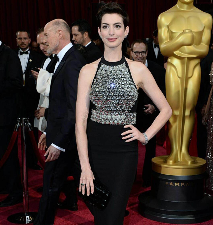 <strong>DETALJER SOM FREMHEVER BYSTEN:</strong> Vil du kle fram puppene, vil en kjole med masse detaljer i front gjøre jobben - se bare på skuespiller Anne Hathaway. Foto: All Over Press