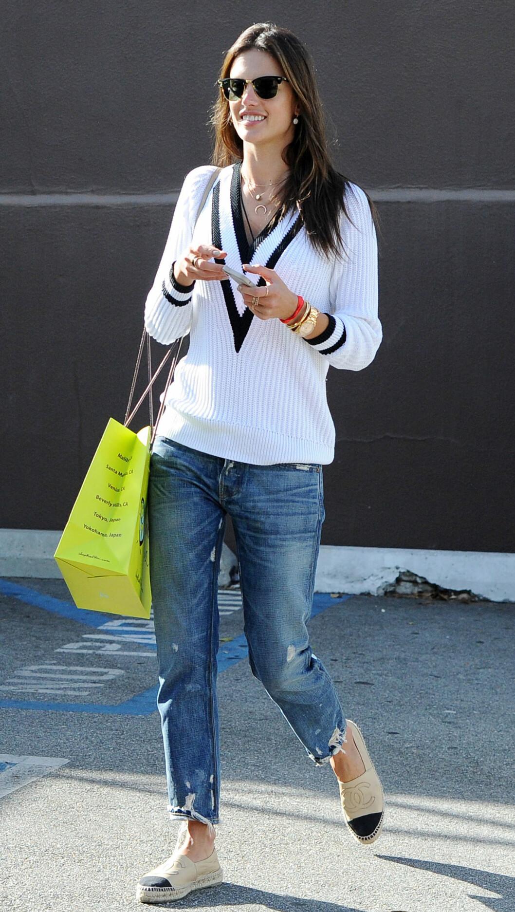 IT-GENSEREN: Supermodell Alessandra Ambrosio er en av flere kjendiser som elsker V-hals-genseren - denne er fra merket Rag & Bone. Foto: All Over Press