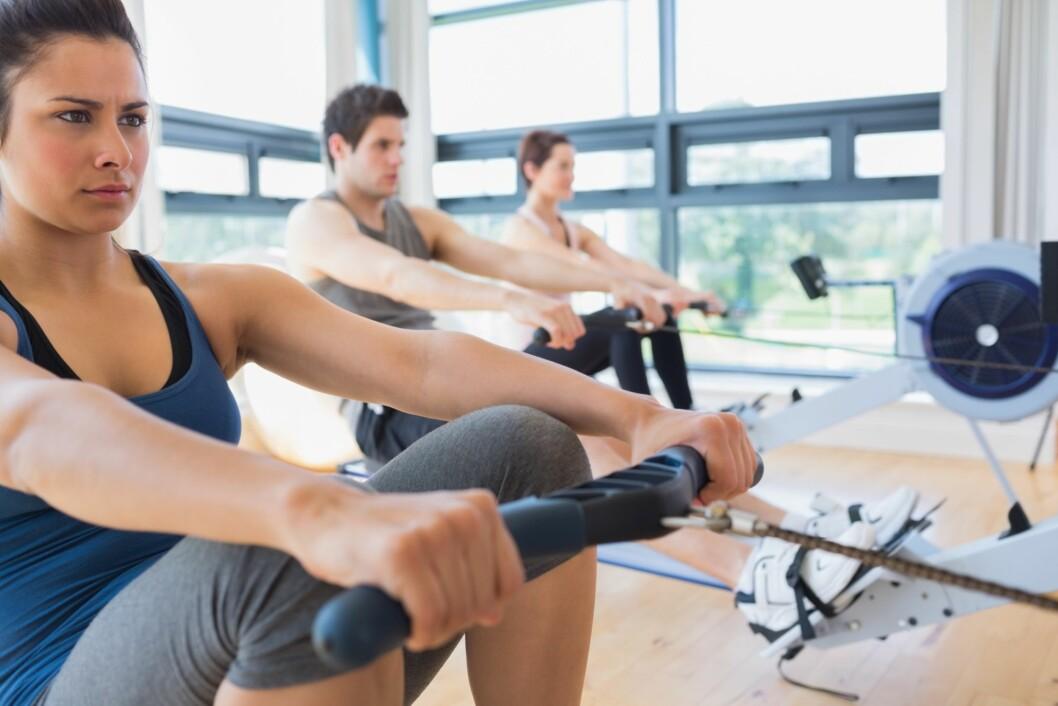 SITTENDE ROING: Pass på at du setter deg slik at du er rak i ryggen og har brystet opp og frem. Tenk over hvilke muskelgrupper du ønsker å jobbe med - her ryggen og skuldrene. Foto: Fotolia