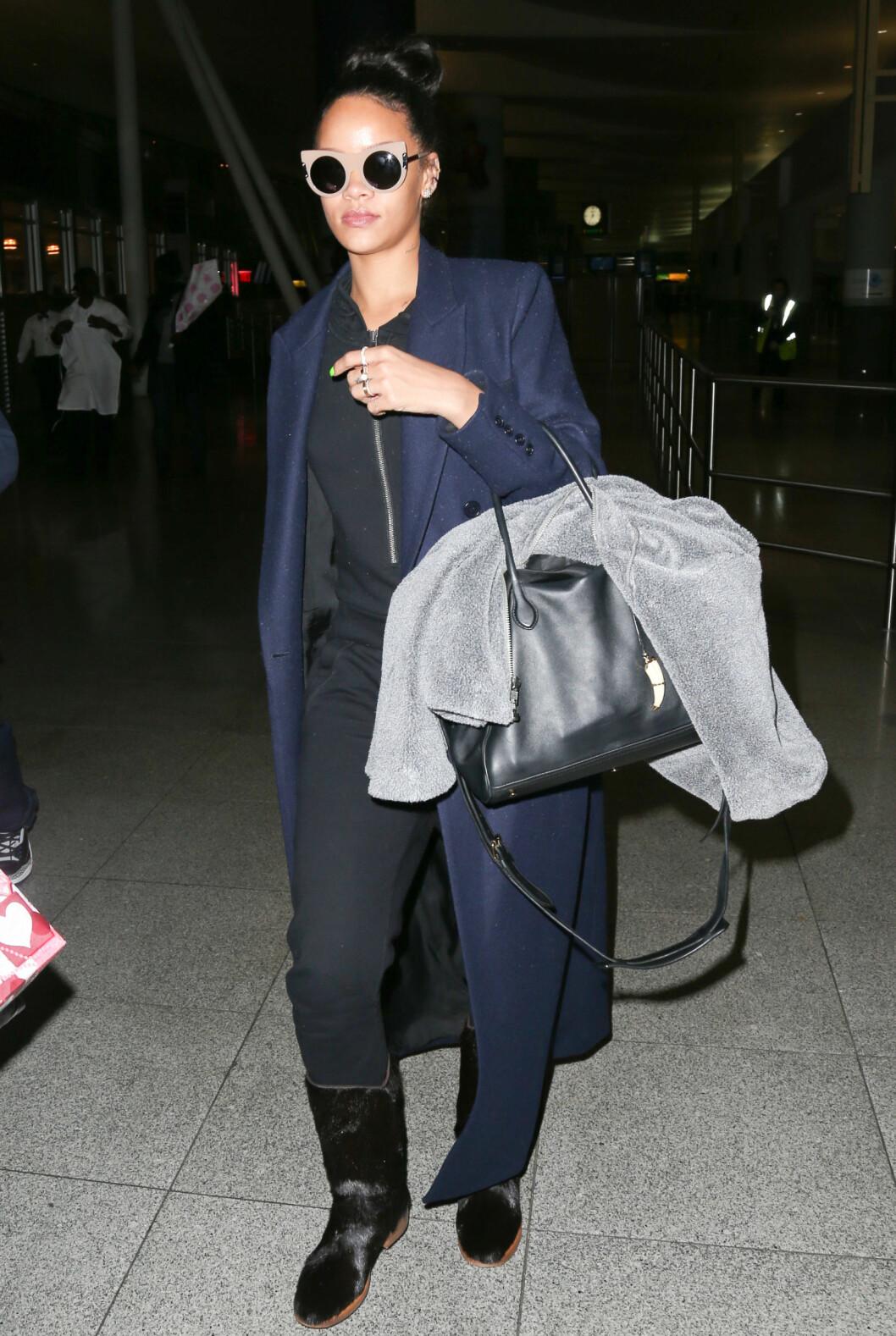 <strong>AVSLAPPET OG KUL:</strong> Rihanna på flyplassen JFK i New York. Foto: INFphoto.com/ All Over Press