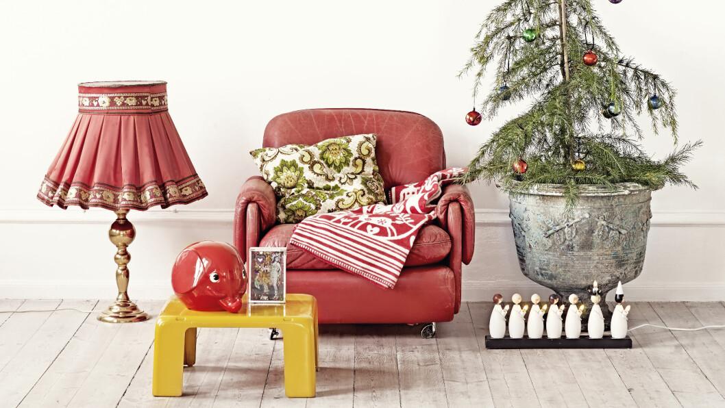 GAMLE SKATTER: Skinnstolen er Ikea fra 70-tallet, og er kjøpt på bruktmarked, puten er vintage og julekulene fra loppis og Luciatoget er en gammel klassiker fra 70-tallet, og kan kjøpes blant annet via elon.se (ca kr 700). Stylist Marie Olsson Nylander Foto: Sara Svenningrud