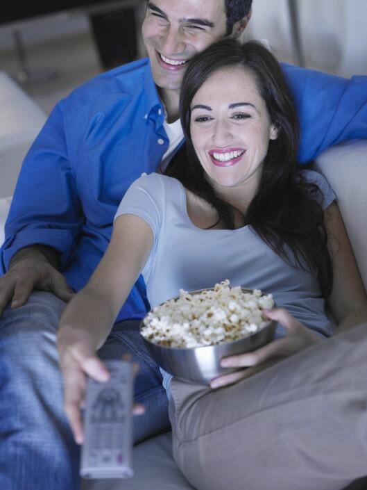 <strong>3 SYNDER:</strong> Sitter du foran tv'en og spiser til langt på natt? Lite søvn, stillesitting og nattmat er ikke det beste for forbrenningen. Foto: REX/OJO Images/All Over Press