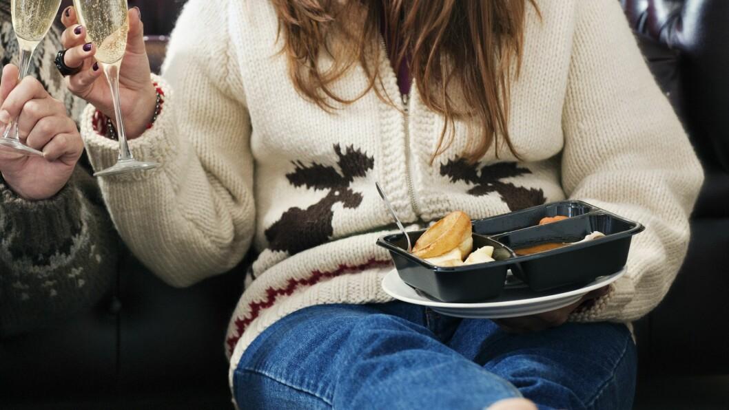SPISE ETTER KLOKKA: Det er en myte at du ikke kan spise etter et visst klokkeslett fordi maten går lettere på skinkene. Husk at det er det totale energiinntaket som avgjør om du legger på deg eller ikke. Foto: (c) Colin Hawkins/cultura/Corbis/All Over Press