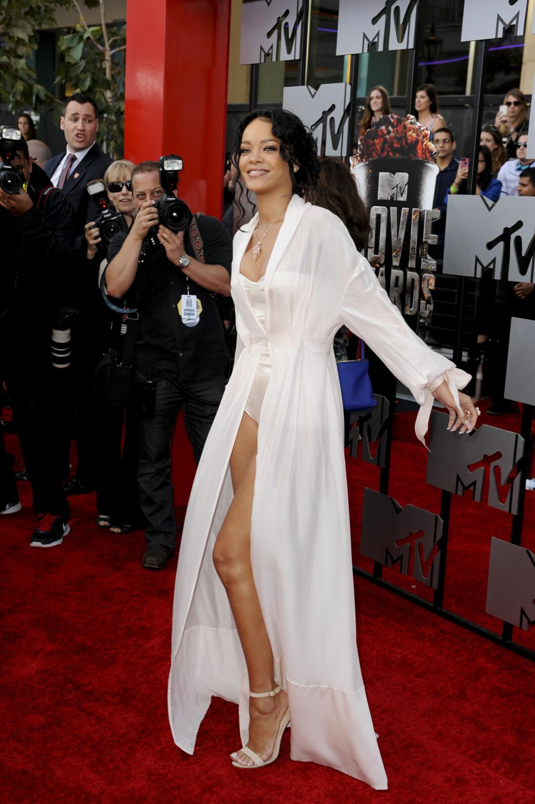NUDEFARGEDE SKO: Rihanna gikk for nude til sin hvite Ulyana Sergeenko-kjole under MTV Movie Awards i sommer.   Foto: action press/All Over Press