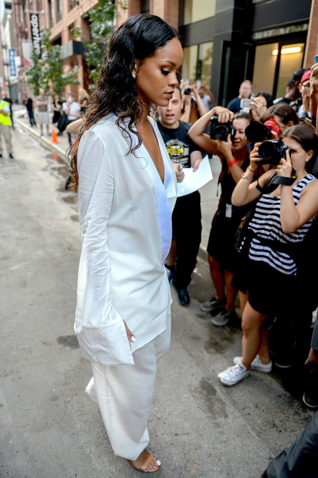HVITT + NUDE: Rihanna i helvhvit dress fra Edun under New York Fashion Week. Foto: REX/D. DaSilva/All Over Press