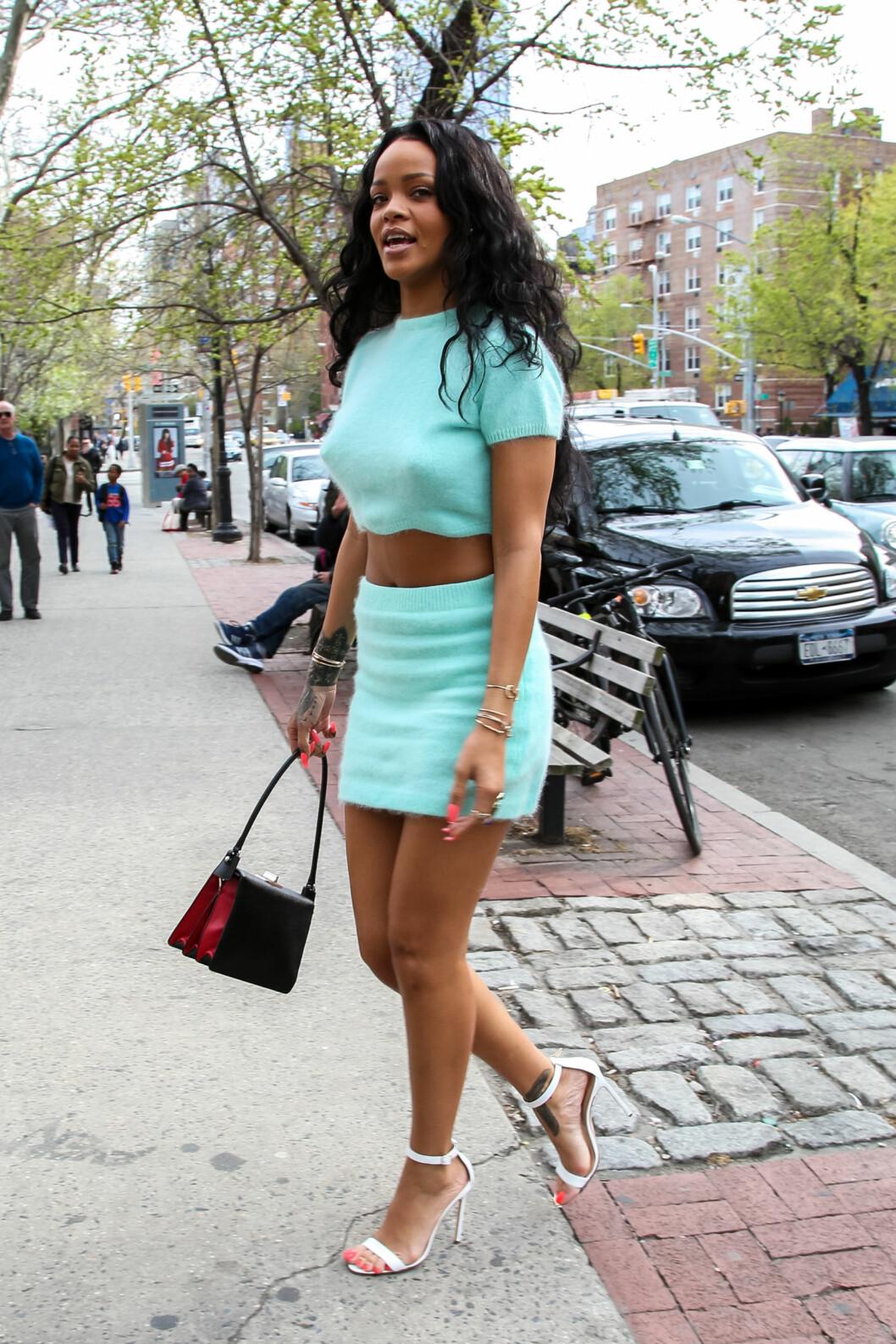 HOT I TURKIS: Når Rihanna ikke går i kjoler, har hun ofte på seg enten hvite eller nudefargede Blahnik-sandaler. Foto: PacificCoastNews/All Over Press