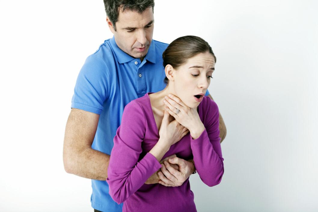 HEIMLICH: Har noen satt fast en matbit i halsen bør du slå fem slag mellom skulderbladene. Dersom det ikke virker fortsetter du med fem bukstøt. Foto: (c) B. Boissonnet/BSIP/Corbis/All Over Press