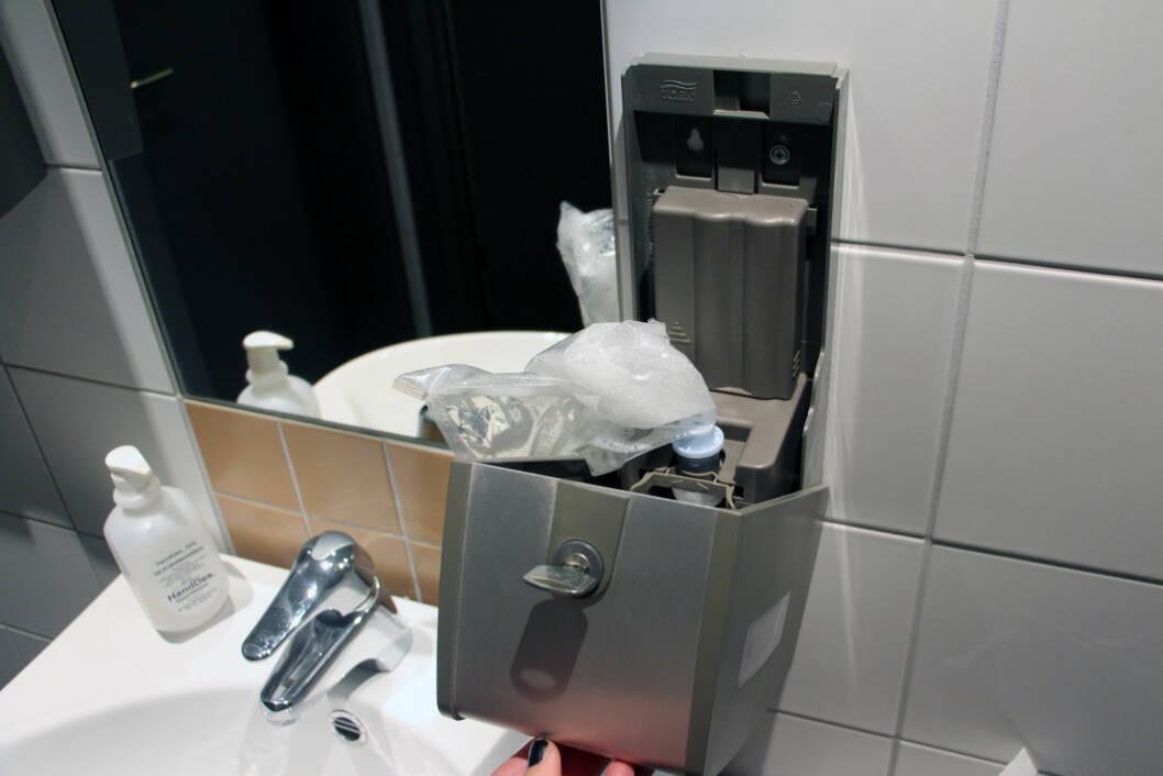 SER SÅPEDISPENSEREN SLIK UT?: Vel, da er det bare å vaske i vei, for denne modellen pomper ut såpen automatisk, uten at du trenger å ta på den, og når den er tom, monteres bare en ny enhet, slik at det blir minst mulig søl og sjanse for smitteøverføring. Foto: Cecilie Leganger