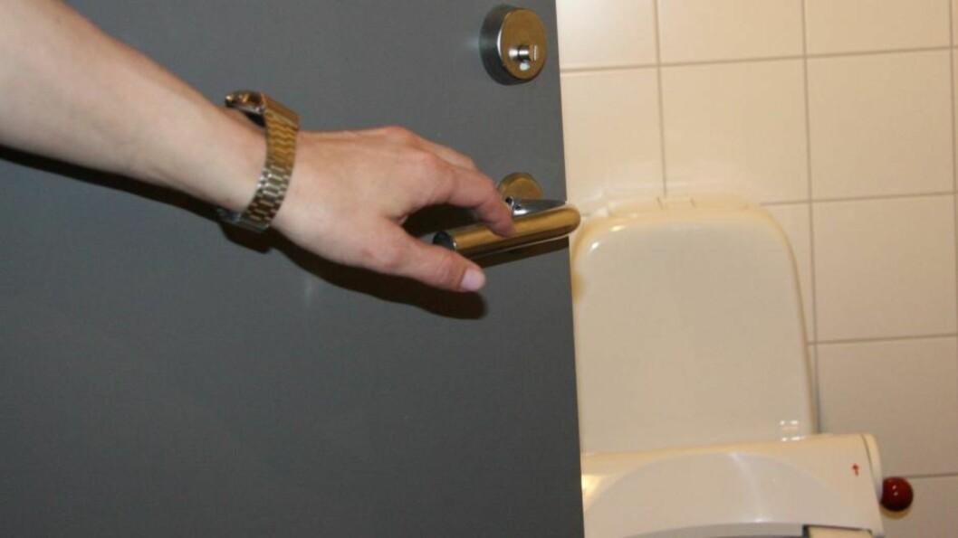 <strong>PÅ DØRHÅNDTAKET KRYR DET AV BAKTERIER:</strong> Ifølge en studie fra 2013 vasker kun fem prosent hendene sine godt nok etter besøk på offentlige toaletter, så da kan vi bare tenke oss hvordan det står til med dørhåndtaket - og det er på vei ut av do som er verst, selvfølgelig. Foto: Tone Ruud Engen