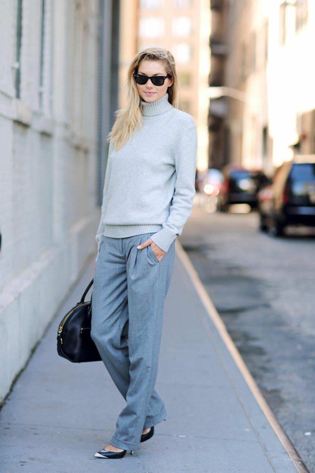 JESSICA HART I GRÅ POLO: I denne genseren gjør bysten til supermodellen mer ut av seg, og hun får straks mer former.  Foto: REX/Silvia Olsen/All Over Press