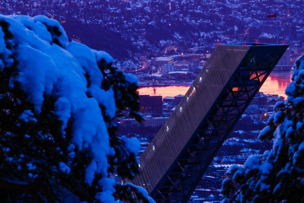 HOLMENKOLLEN: Holmenkollen by night er et magisk syn! Foto: Snorre Veggan/Skiforeningen