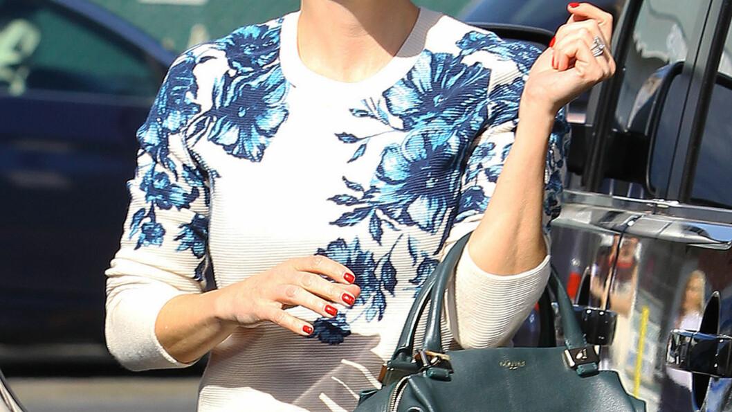FORLENGENDE EFFEKT Å VISE FRAM HÅNDLEDDET: - Hvis du kan vise fram håndleddet, ser du høyere ut, sier skuespiller Kristen Bell (1.55 høy) til WhoWhatWear. Foto: REX/Broadimage/All Over Press