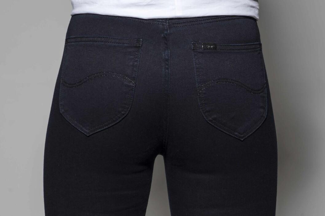 <strong>TETTSITTENDE LOMMER:</strong> Er lommene tettsittende, vil rumpa se smalere og nettere ut. Understrek effekten ved å velge en mørk vask på jeansen (kr 900, Lee). Foto: Solveig Selj
