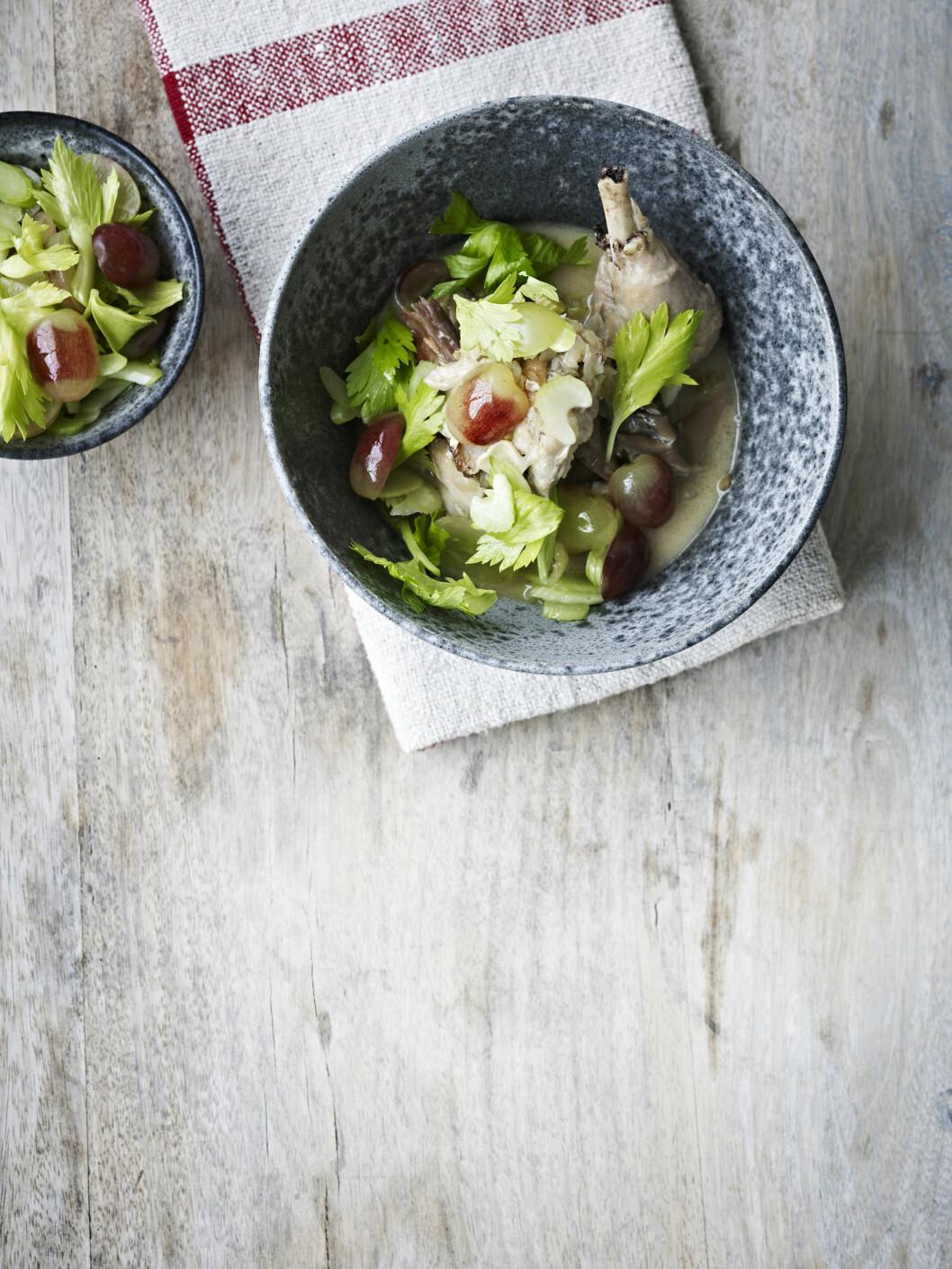 <strong>FRANSK:</strong> En lett utgave av coq au vin. Den sprø, søte salaten er deilig på toppen! Foto: All Over Press