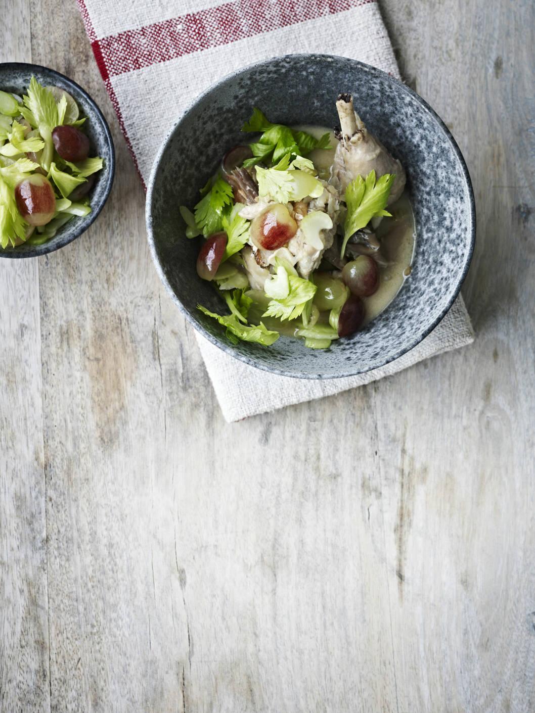 FRANSK: En lett utgave av coq au vin. Den sprø, søte salaten er deilig på toppen! Foto: All Over Press