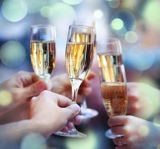 FLYTENDE KALORIER: Tørr vin med lav alkoholprosent inneholder færrest kalorier. Tørre bobler kan også være et alternativ til den kaloribevisste. Foto: Fotolia