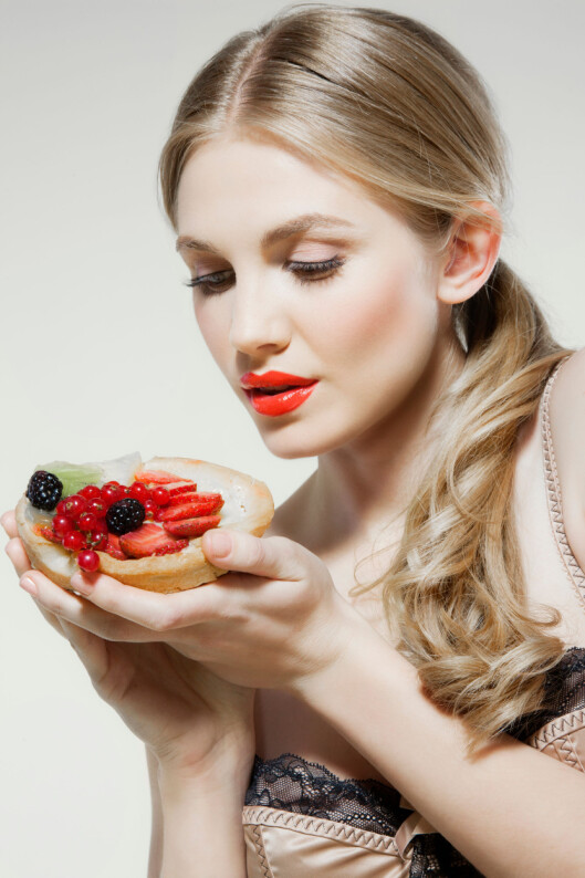 Young woman holding fresh fruit tart Foto: Image Source/All Over Press