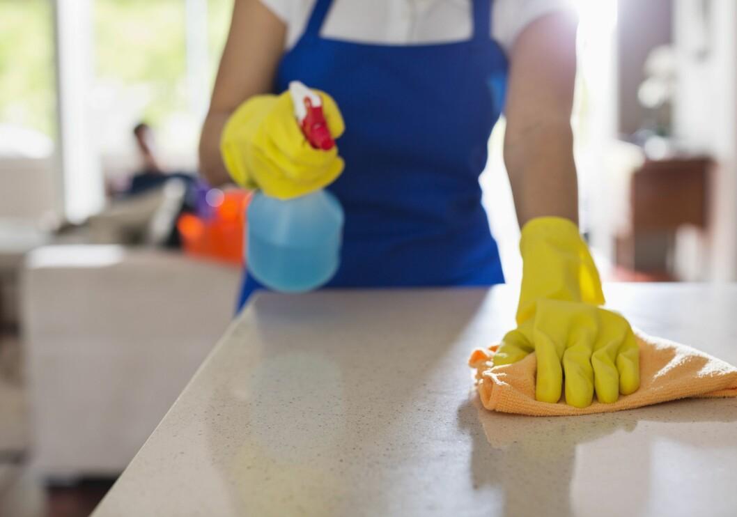 RENGJØRING: En ren kjøkkenbenk er lurt å ha før du lager mat. Men sørg også for at kjøkkenkluten er ren. Foto: REX/Caiaimage/All Over Press