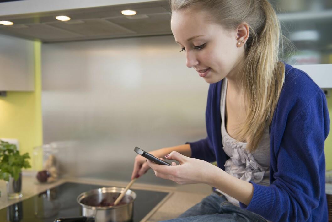 BAKTERIEBOMBE: Ikke glem at mobiler og nettbrett kan være fulle av bakterier, og bør holdes unna matlagingen. Foto: REX/Mito Images/All Over Press