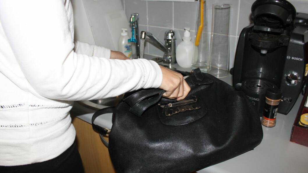 <strong>FINN TO FEIL:</strong> Å sette handleposer og håndveske på kjøkkenbenken er to typiske hygienetabber vi gjør.  Foto: KK
