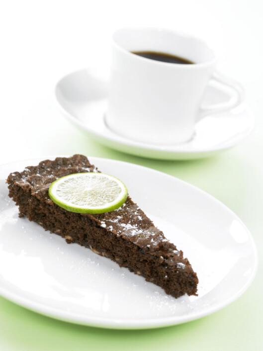 SJOKOLADEKAKE: Deilig, saftig sjokoladekake er perfekt som dessert på litt småtriste høstdager.  Foto: Inkognito as/Grete Roede