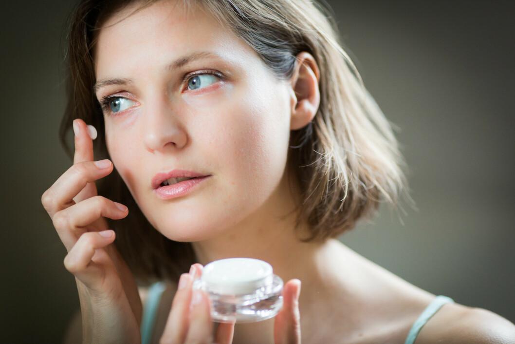 Model Released - Woman applying moisturizing cream on her face. Foto: REX/Garo/Phanie/All Over Press