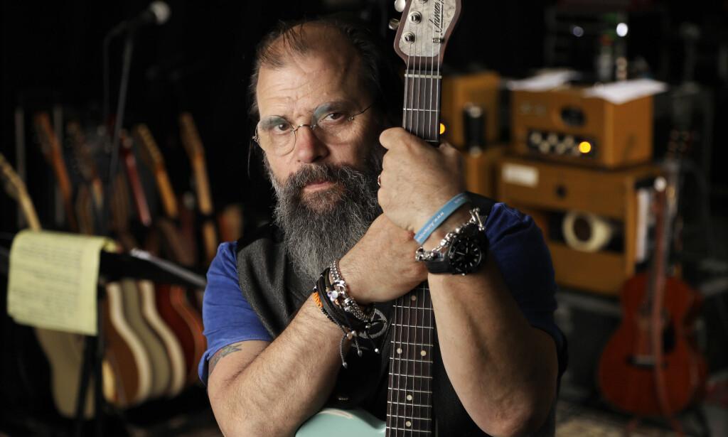 I NASHVILLE: Steve Earle fotografert i et øvingslokale i Nashville tidligere denne måneden. Da han kom til Austin første gang på 70-tallet, var outlaw-bevegelsen (Willie/Waylon m.fl.), en reaksjon på glatt Nashville-country, i startfasen. Albumet «So You Wannabe An Outlaw», spilt inn i Austin, er en slags hyllest til denne epoken. Foto: Mark Humphrey / AP / NTB Scanpix