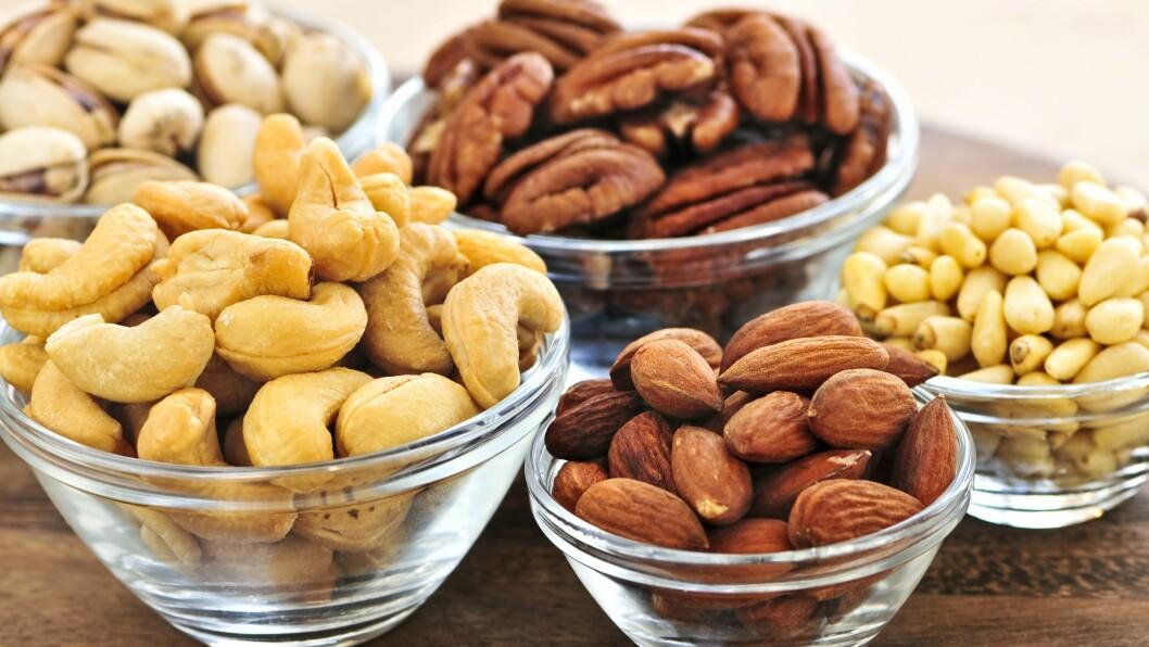 NØTTEBLANDING: Ta vare på de sunne næringsstoffene og oppbevar nøttene kjølig.  Foto: All Over Press