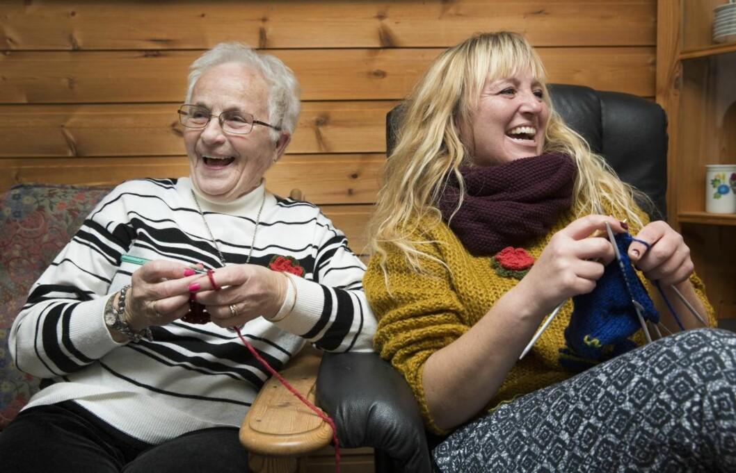 Mormor (83) og datterdatter (43): – Med 5 barn, 13 barnebarn og 22 oldebarn har jeg mange å være glad i, sier Ingeborg (83). – Da Monica spurte om jeg ville være med på strikketur, kunne jeg ikke si nei!