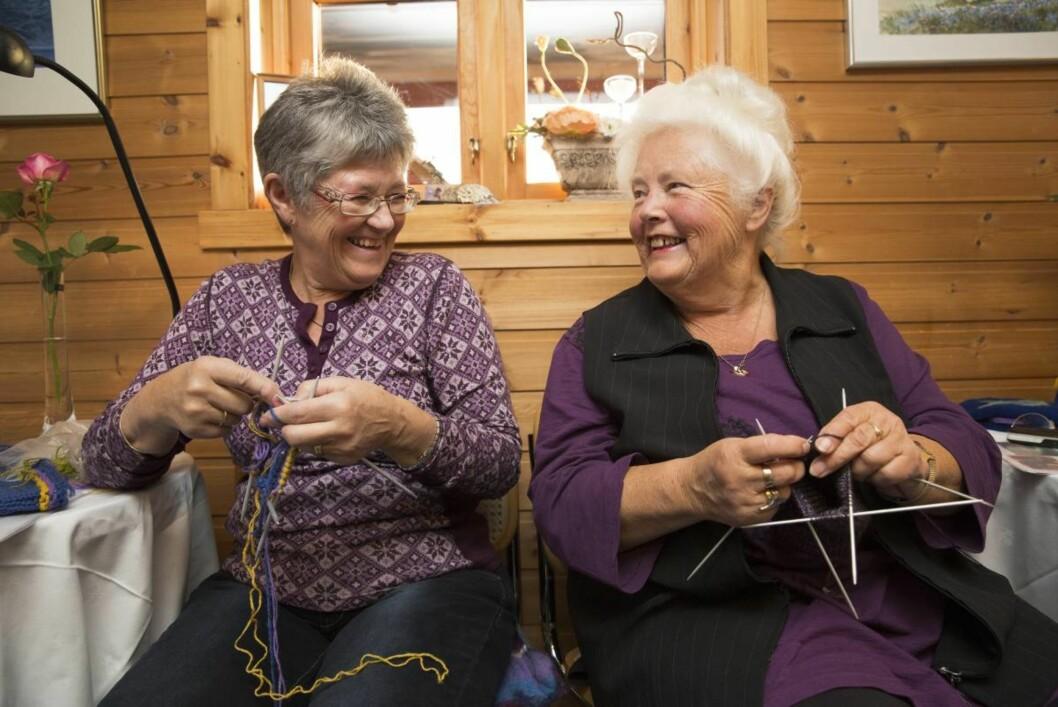Kontaktskapende: – Vi utveksler erfaringer og kunnskap, sier Elisabeth Alme (fra venstre) og Svanhild Stokke (75).