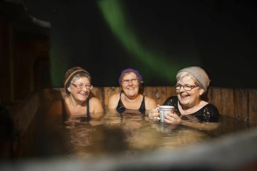 Nordlys fra stampen: Elisabeth Alme, Tordis Bjørke og Liv Inger Lied Stenhaug nyter det magiske nordlyset fra stampen.