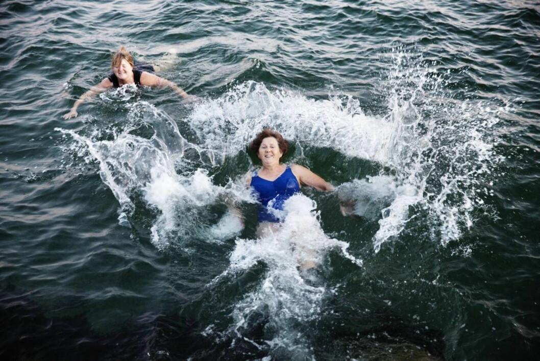 God start på dagen: Fem grader i vannet og nordavind stopper ikke (fra venstre) Lise Hoel og Ingrid Hopland fra å morgenbade i Sortlandssundet.