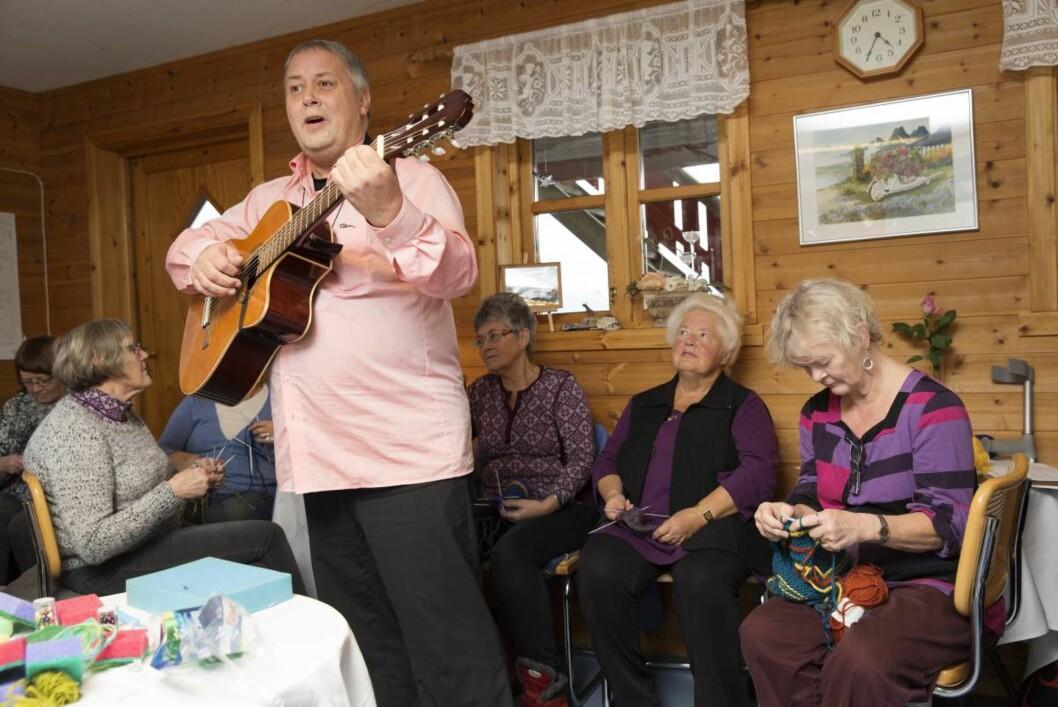 Lokal trubadur: Johny Bakke underholdt damene med visesang. Fra høyre Liselotte Krebs, Svanhild Stokke, Elisabeth Alme og Tordis Bjørke.