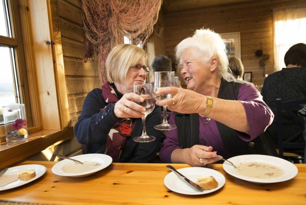 Ny venninne: – Vi kjente hverandre ikke fra før, men etter fire dager på strikkeworkshop er vi blitt som en venninnegjeng, sier (fra venstre) Britt Herland (63) og Svanhild Stokke (75).