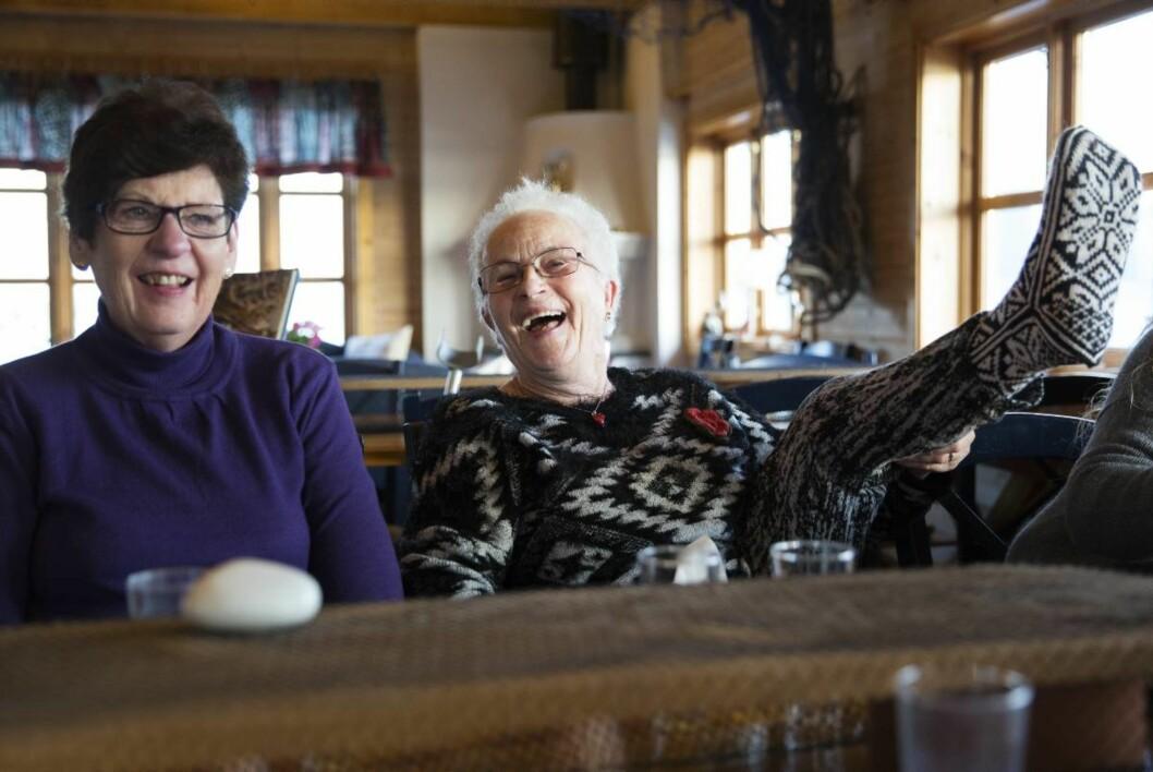 Sprek 83-åring: – Vil dere se mine hjemmestrikkede Selbusokker? sier Ingeborg og løfter beina over bordet som en 20-åring.