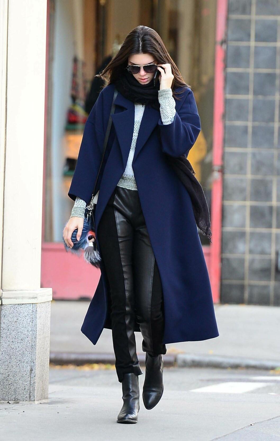 <strong>I SEMSKET OG MATT SKINN:</strong> Dersom du synes det blir mye med en bukse i helskinn, kan du la deg inspirere av Kendall Jenner. Foto: REX/All Over Press