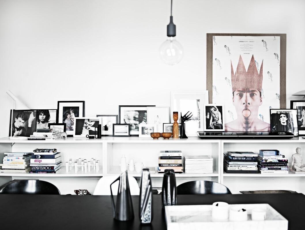 FIN SAMLING: En hjemmebygget reol er et fint samlingspunkt for grafiske trykk, barnetegninger, kunst og fotografier slik som her i hjemmet til designer Charlotte Vadum.