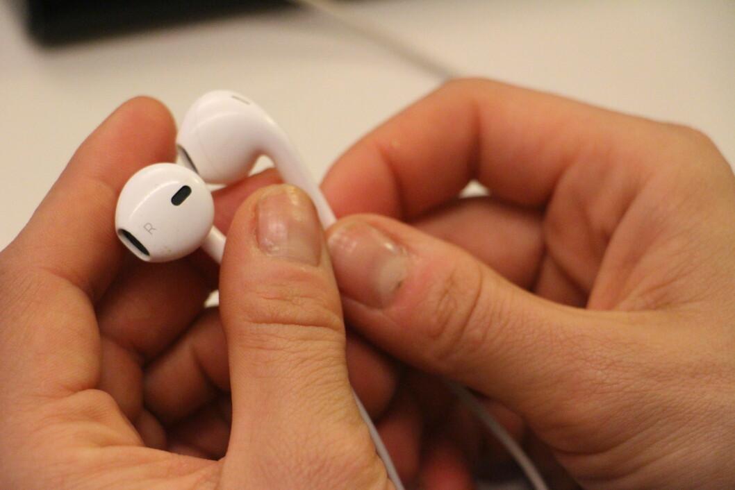 <strong>BAKTERIER:</strong> Ørepluggene har ikke bare synlig ørevoks som lett kan børstes eller tørkes av. De har også den usynlige bakteriefloraen som overføres blant annet fra fingrene dine.  Foto: KK.no