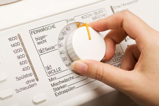SENTRIFUGER: Bruk ullprogrammet på vaskemaskinen og pass på at plagget ikke er dryppende vått når du skal henge det til tørk.  Foto: Fotolia