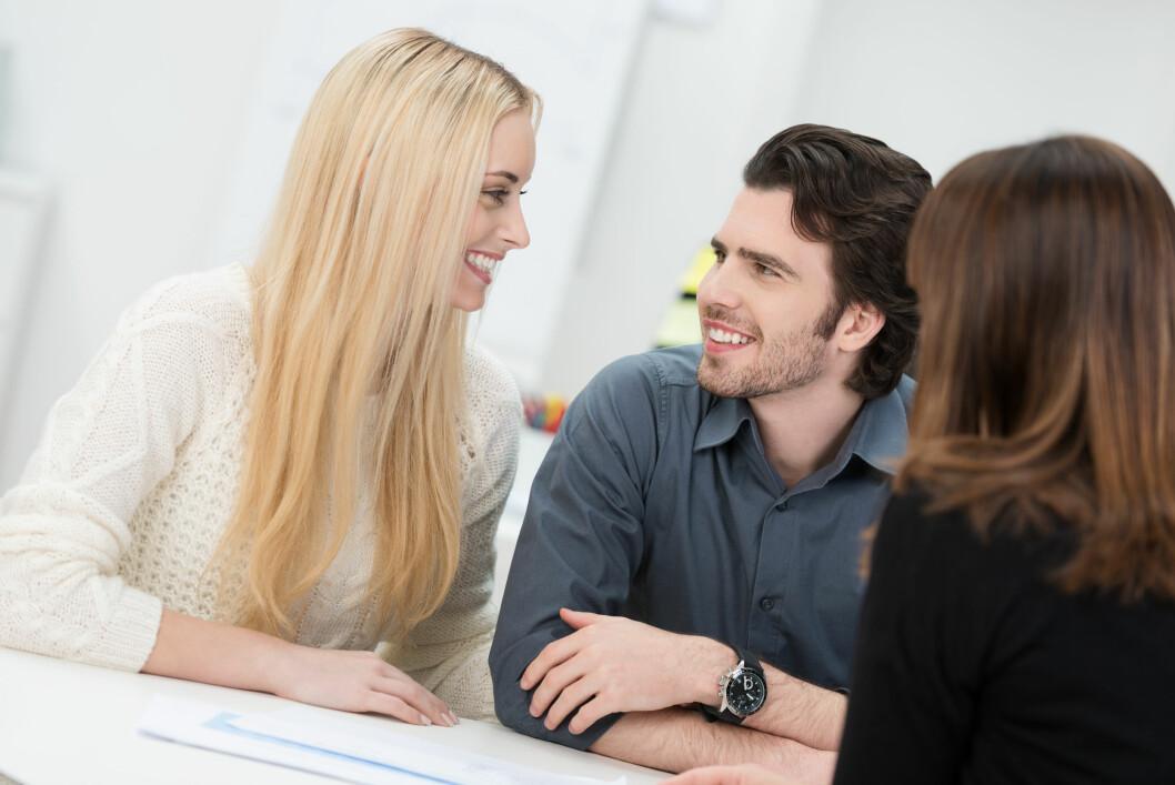 VÆR ÅPEN: Dersom du har blitt sammen med en kollega anbefaler eksperten dere å være åpen om forholdet.  Foto: contrastwerkstatt - Fotolia