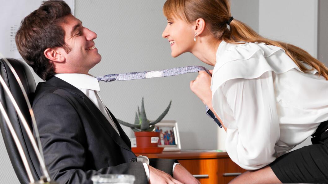KOLLEGA: Det er ikke alltid like lurt å bli sammen med en kollega, da det kan oppstå en rekke problemer dersom det skulle bli slutt.  Foto: Sergey Peterman - Fotolia