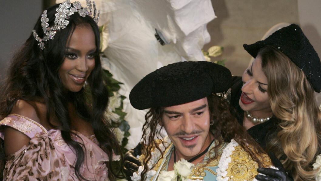 KJENT FOR TEATRALSKE OG ROMANTISKE VISNINGER: John Galliano sammen med Naomi Campbell og Amber Valletta under Diors haute couture-visning i 2008. Foto: REX/Miquel Benitez/All Over Pres