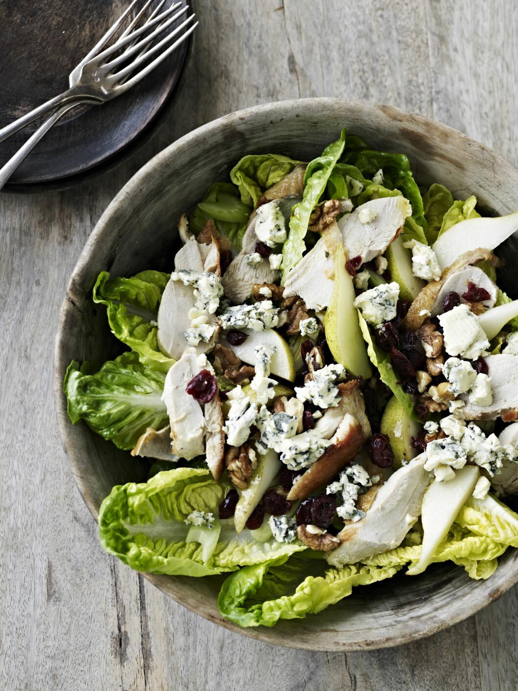 DEILIG SALAT: Stor, mettende salat som kan spises som den er, eller med brød til. Foto: All Over Press