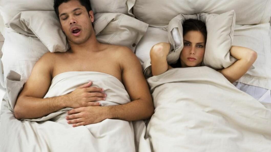 ENDA EN BRÅKETE NATT? Ja, sover du sammen med en som snorker, går det utover nattesøvnen - be ham om å ligge på siden, eller oppsøk lege.  Foto: bara - Fotolia