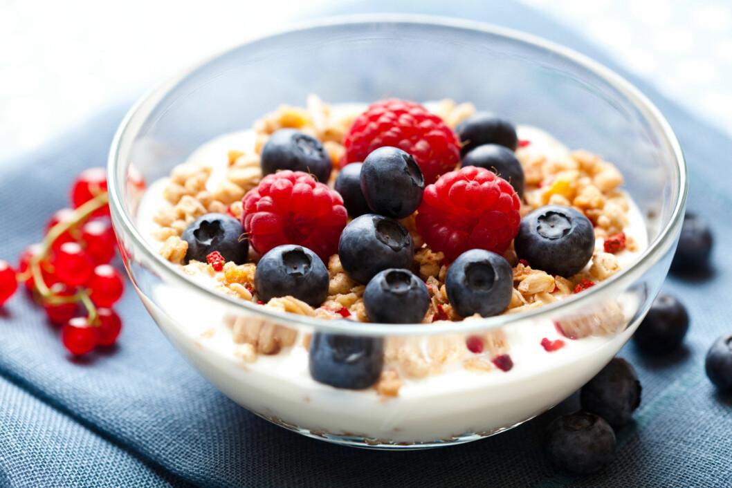 """LETT KVELDSMAT: En av årsakene til at mange spiser mindre brød, er fordi de velger noe annet til kveldsmat. Blant annet er yoghurt blitt en av de """"nye"""" favorittene.  Foto: Fotolia"""