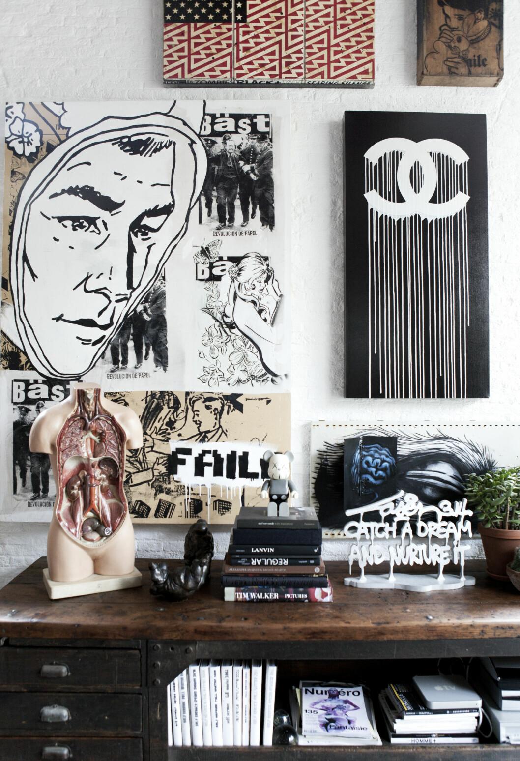 KUL KOMBINASJON: Nøkkelen til innredningssuksess for Mark og Bianca ligger helt klart i hvordan de klarer få inn så mye kunst og gjenstander i en liten leilighet uten at det ser rotete ut. Legg særlig merke til hvordan bøkene stables. Foto: Pernille Kaalund/House of Pictures
