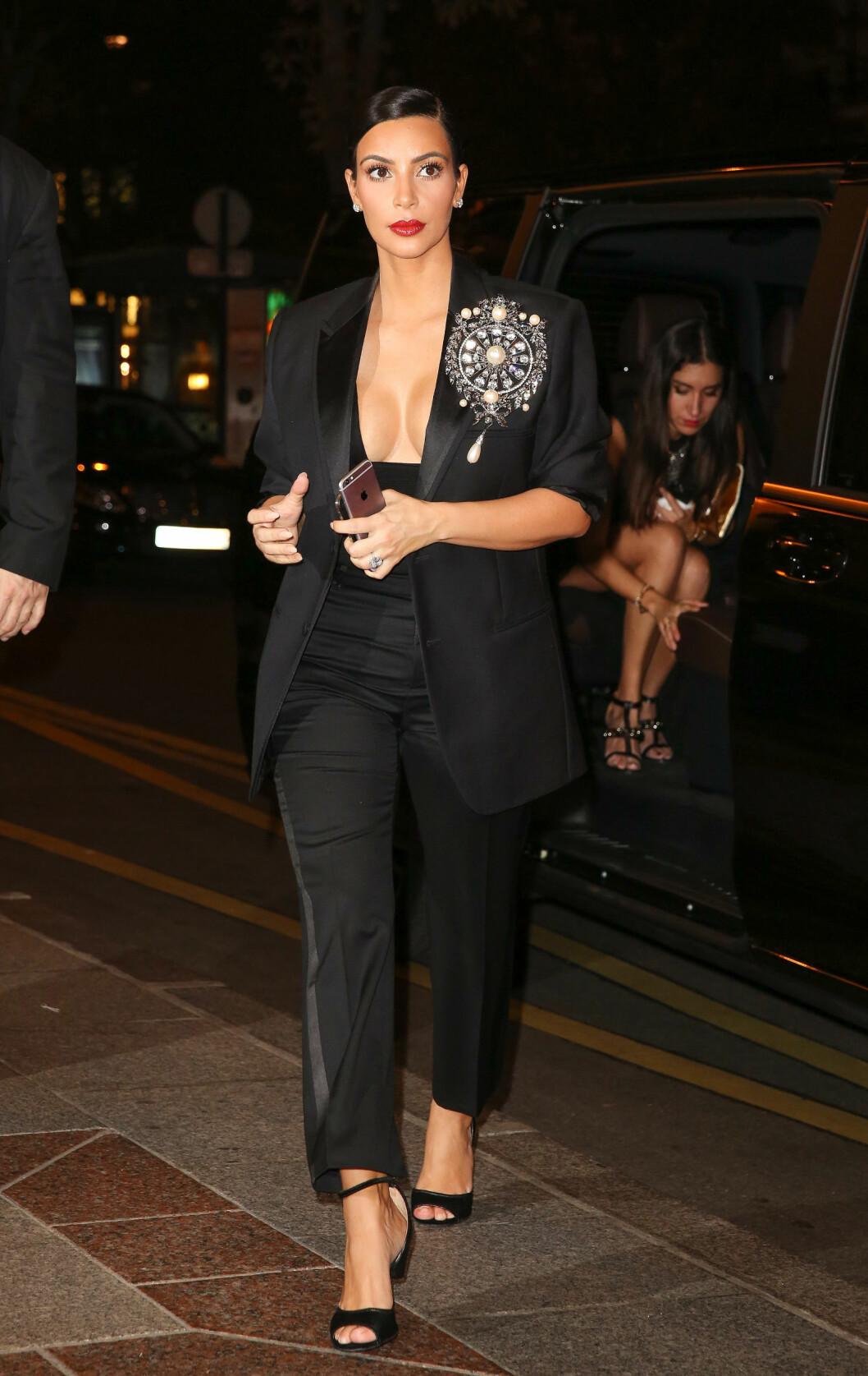 FESTKLAR: Kim var i Paris blant annet for å støtte sin lillesøster Kendall Jenner som gikk visning for Chanel. Men det ble mye tid til fest også.  Foto: Oraito / Splash News/ All Over Press
