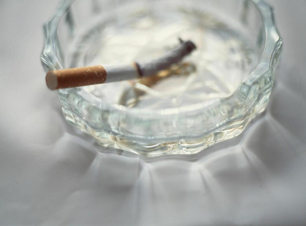 RØYKER DU? Den viktigste grunnen til at du bør stumpe røyken, er helsen din. Men kanskje er det en bonusgrunn at puppene, kan begynne å henge på grunn av sigarettene?  Foto: All Over Press