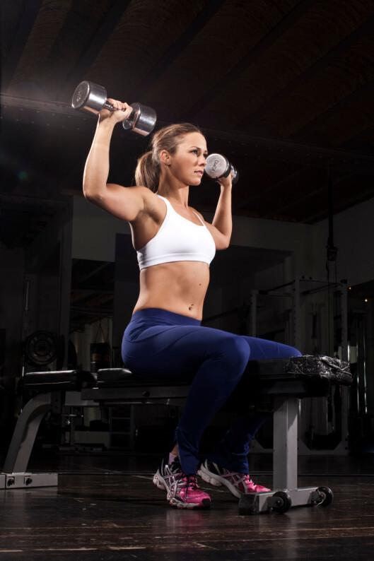 RAK RYGG: Har du store, tunge bryster er det en fordel med en sterk rygg. Og styrketrening kan være en fin måte bedre holdningen din på. Foto: Buzz Pictures / Alamy/All Over Press