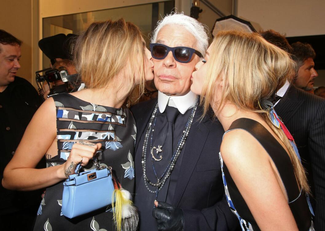 ET KYSS PÅ KINNET TIL KARL: Cara Delevingne og Georgia May Jagger gior Karl Lagerfeld et lite kyss etter Fendi-visningen denne uken. Foto: REX/All Over Press